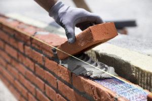 """<img src=""""muur metselen"""" alt=""""bouwvakker metselt een nieuwe muur""""/>"""